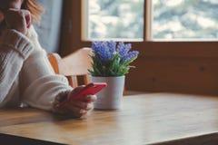 Портрет девушки redhead с мобильным телефоном Стоковые Изображения