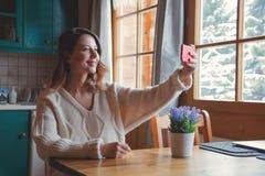 Портрет девушки redhead с мобильным телефоном Стоковые Фотографии RF