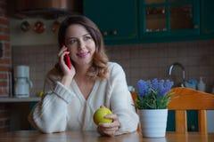 Портрет девушки redhead с мобильным телефоном Стоковая Фотография