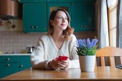 Портрет девушки redhead с мобильным телефоном Стоковые Изображения RF