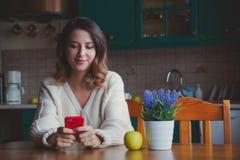 Портрет девушки redhead с мобильным телефоном Стоковое Изображение