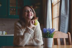 Портрет девушки redhead с яблоком Стоковое Фото