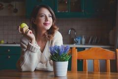 Портрет девушки redhead с яблоком Стоковые Фотографии RF