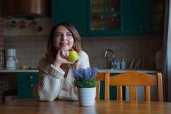 Портрет девушки redhead с яблоком Стоковое Изображение