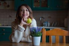 Портрет девушки redhead с яблоком Стоковые Изображения