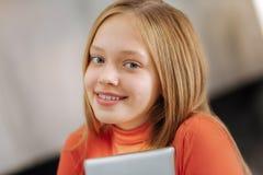 Портрет девушки smiley жизнерадостной Стоковое Фото