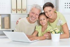 Портрет деда, дочери и внучки совместно стоковое изображение