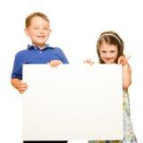 Портрет детей держа пустой знак стоковое изображение rf