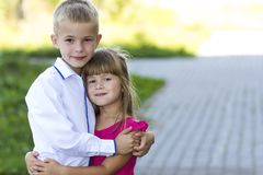 Портрет детей мальчика и девушки обнимая совместно Влюбленность, забота Стоковые Фото