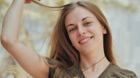 Портрет детеныша и усмехаясь девушка в летнем дне закройте лицевая сторона Представлять с волосами видеоматериал