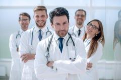 Портрет доктора и медицинского персонала стоя в офисе Стоковое Изображение
