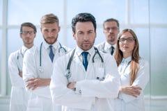 Портрет доктора и медицинского персонала стоя в офисе Стоковая Фотография