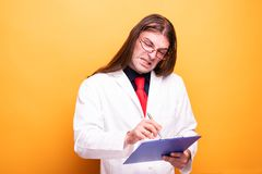 Портрет доктора писать доска сзажимом для бумаги стоковые фотографии rf