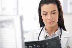 Портрет доктора с изображением рентгеновского снимка Стоковые Фотографии RF