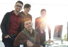 Портрет дружелюбной команды дела в офисе стоковые изображения
