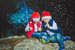 Портрет дружелюбной семьи в Санте покрывает смотреть камеру на вечере рождества Стоковые Фотографии RF