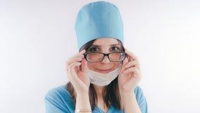 Портрет дружелюбных усмехаясь женщины или медсестры доктора в белой медицинской форме, изолированный на белой предпосылке с космо стоковые фотографии rf