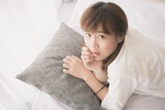 Портрет девочка-подростка в кровати с окном Стоковые Фото