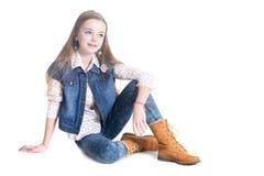 Портрет девочка-подростка сидя на поле Стоковая Фотография RF