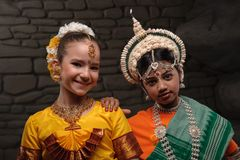 Портрет 2 девушек в национальных костюмах Стоковые Изображения RF