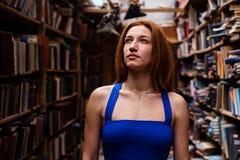 Портрет девушки балерины в винтажном книжном магазине нося вскользь одежды Стоковые Фото