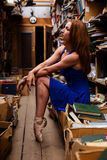 Портрет девушки балерины в винтажном книжном магазине нося вскользь одежды Стоковые Изображения