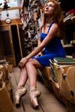 Портрет девушки балерины в винтажном книжном магазине нося вскользь одежды Стоковое Изображение RF