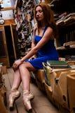 Портрет девушки балерины в винтажном книжном магазине нося вскользь одежды Стоковые Изображения RF