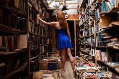 Портрет девушки балерины в винтажном книжном магазине нося вскользь одежды Стоковая Фотография RF