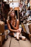 Портрет девушки балерины в винтажном книжном магазине нося вскользь одежды Стоковое Изображение