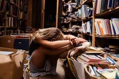 Портрет девушки балерины в винтажном книжном магазине нося вскользь одежды Стоковые Фотографии RF