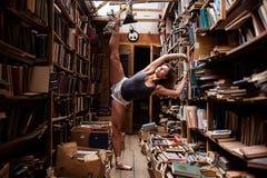 Портрет девушки балерины в винтажном книжном магазине нося вскользь одежды Стоковое фото RF