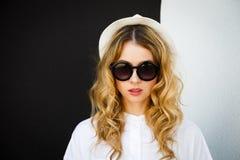 Портрет девушки битника моды на стене контраста Стоковое Изображение