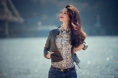 Портрет девушки брюнет в вскользь одеждах идет рекой Стоковые Фото