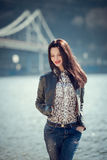 Портрет девушки брюнет в вскользь одеждах идет рекой Стоковое Фото