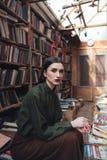 Портрет девушки в библиотеке смотря камеру Стоковые Фотографии RF