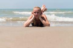 Портрет девушки в бикини лежа на пляже Стоковое Изображение