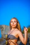 Портрет девушки в бикини с кальяном Стоковая Фотография RF