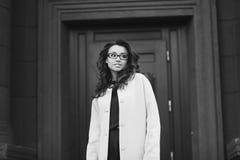 Портрет девушки в городе Стоковые Изображения RF