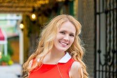 Портрет девушки в городе Стоковое Изображение