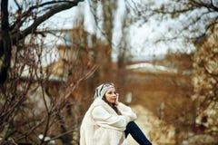 Портрет девушки в городе Стоковая Фотография RF