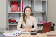 Портрет девушки в головном офисе Стоковые Изображения
