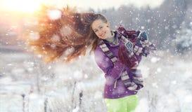 Портрет девушки в лесе зимы Стоковое Изображение RF