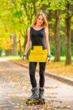 Портрет девушки в желтом коньке ролика юбки Стоковое Изображение