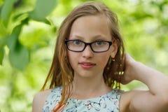 Портрет девушки в зеленом лесе Стоковая Фотография