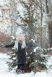 Портрет девушки в зиме с падая снегом Стоковое Фото