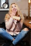 Портрет девушки в кафе Стоковое фото RF