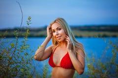 Портрет девушки в красном бикини Стоковое Изображение RF