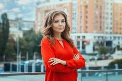 Портрет девушки в красном цвете на городе предпосылки Стоковые Фото