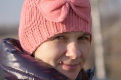 Портрет девушки в красном цвете связал крышку Стоковое Изображение RF
